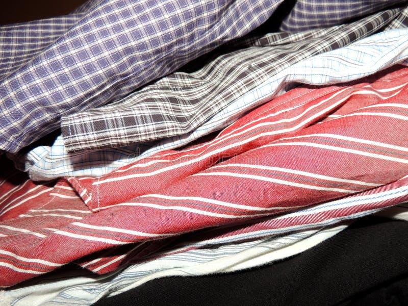 Stapel overhemden voor het strijken royalty-vrije stock foto
