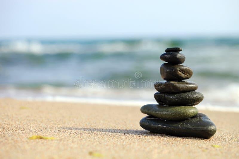 Stapel overzeese kiezelstenen op het strand stock foto's