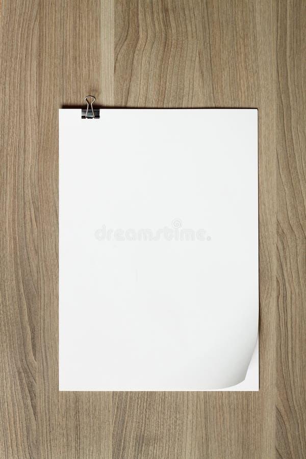 Stapel Papiere auf Holztisch stockbild