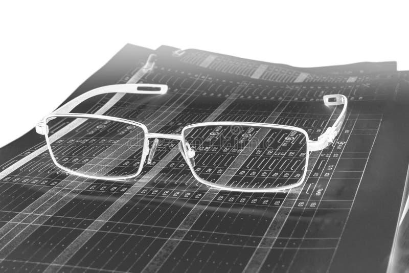 Stapel Papiere und Gläser lizenzfreies stockbild