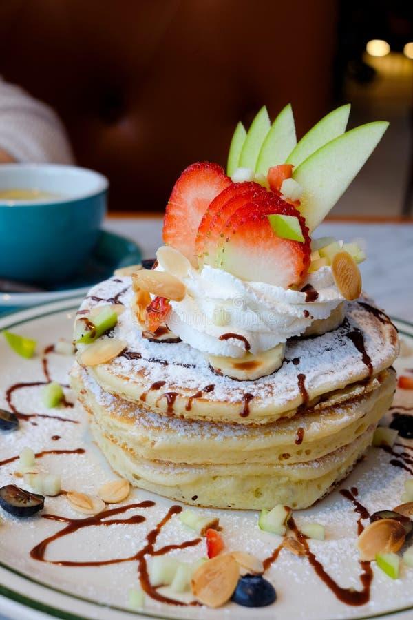 Stapel Pfannkuchen mit Früchten stockbilder