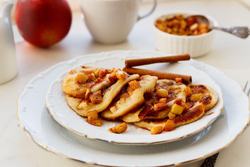 Stapel Pfannkuchen mit Honig und Apfel auf weißer Tabelle, köstlicher Nachtisch zum Frühstück lizenzfreies stockbild