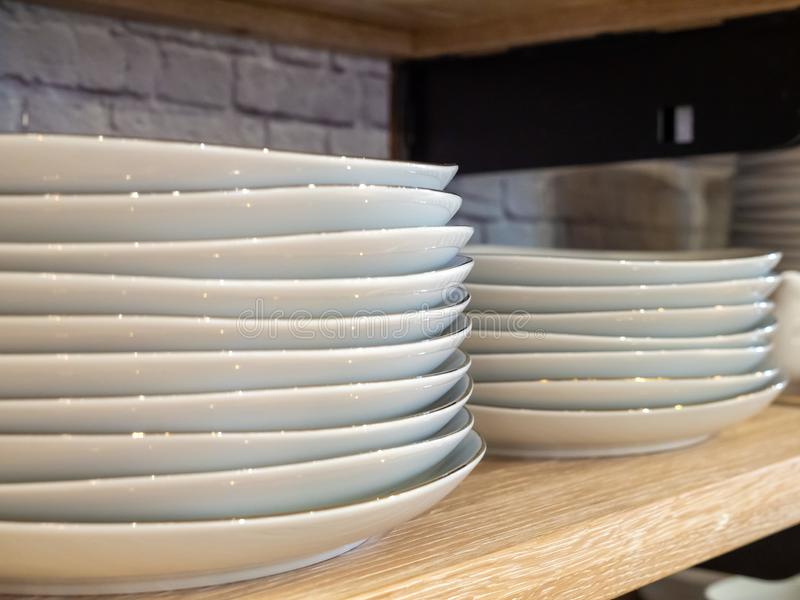 Stapel porseleinplaten in twee stapels op keukenplank die worden gestapeld royalty-vrije stock foto