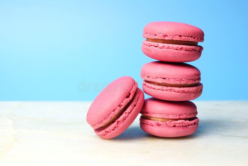 Stapel rosa Makronen auf einem blauen Hintergrund stockfoto