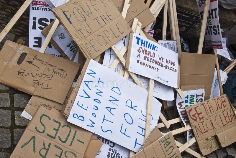 Stapel Schilder oben angehäuft an der Exeter-Kathedrale stockbilder
