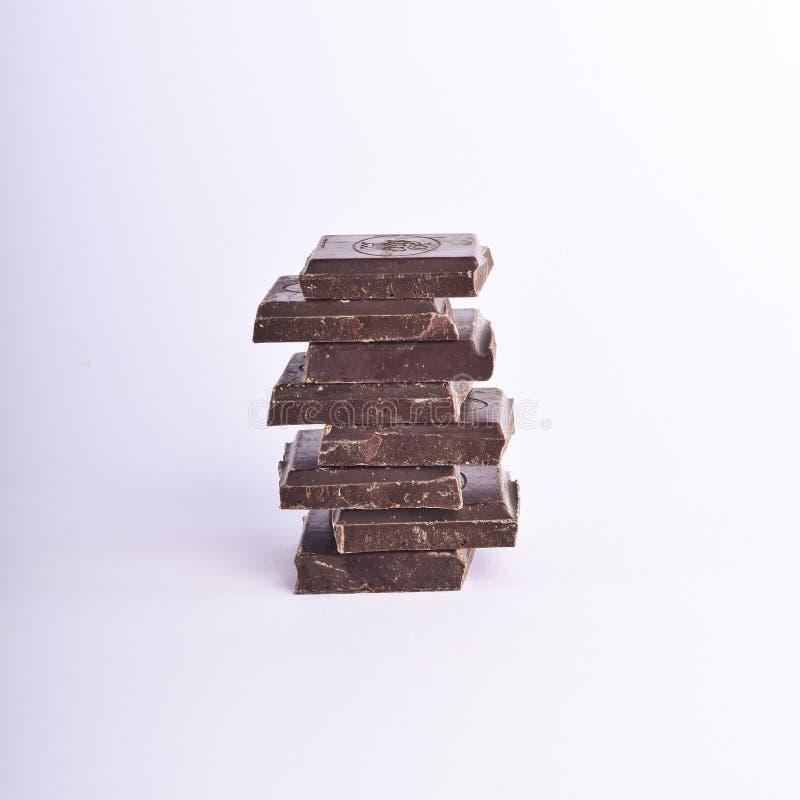 Stapel Schokolade bessert auf einem weißen Hintergrund aus stockbild