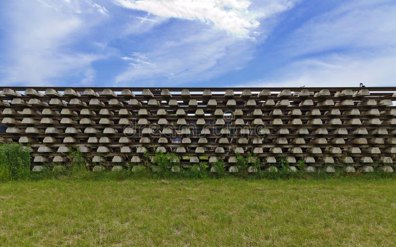 Stapel sporen met concrete dwarsbalken royalty-vrije stock foto