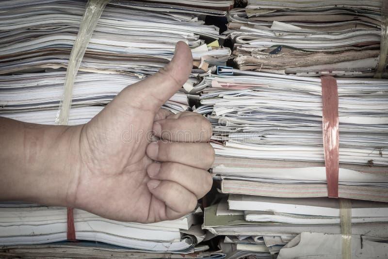 stapel of stapels oude documenten voor recycling met hand omhoog dreun G royalty-vrije stock foto's