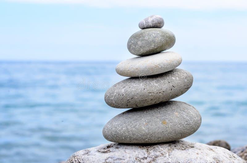 Stapel Steine von größtem zu kleinstem lizenzfreies stockfoto