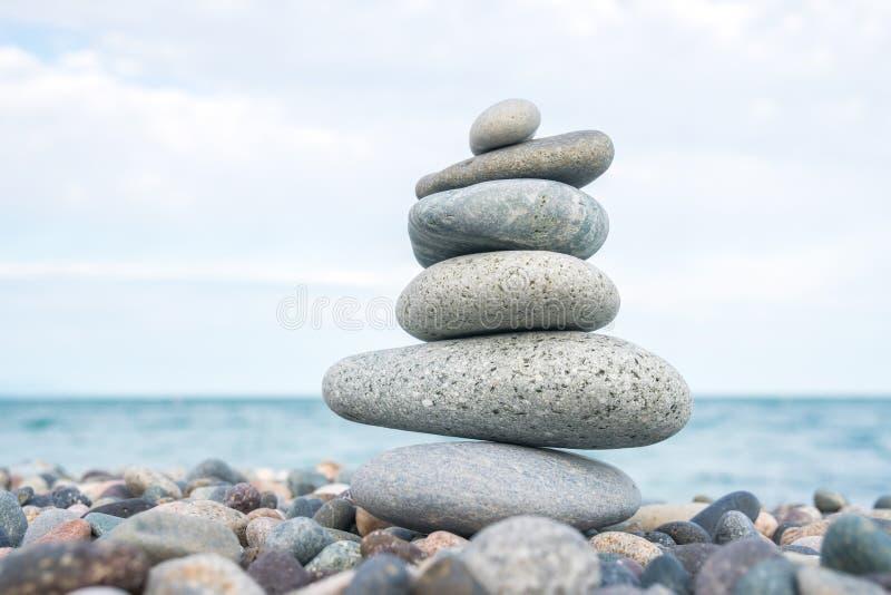 Stapel stenen op het overzeese strand, steensaldo royalty-vrije stock afbeelding