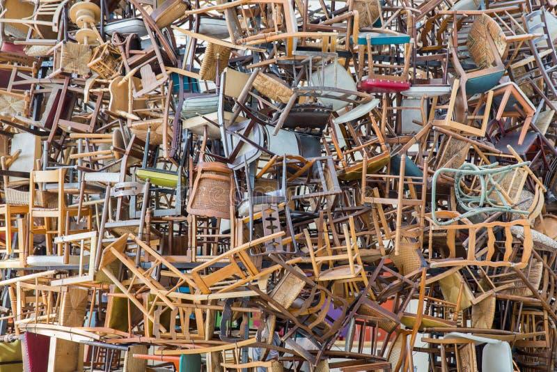 Stapel stoelen stock afbeeldingen