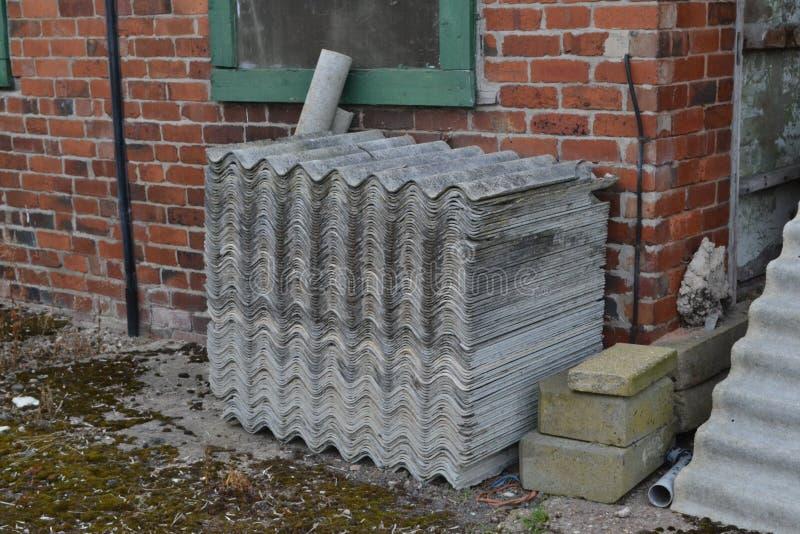 Stapel tegels van het asbestdak stock foto