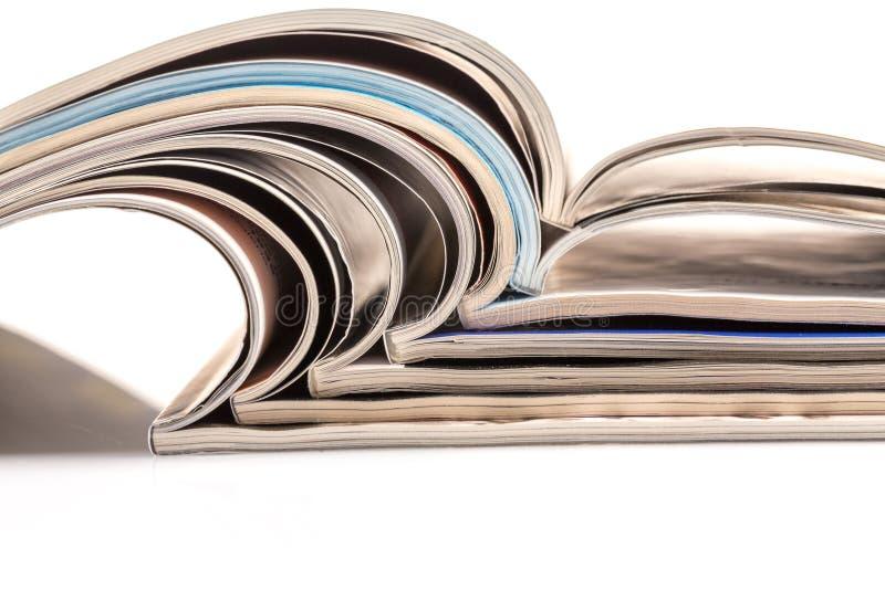 Stapel tijdschriften op witte achtergrond stock fotografie
