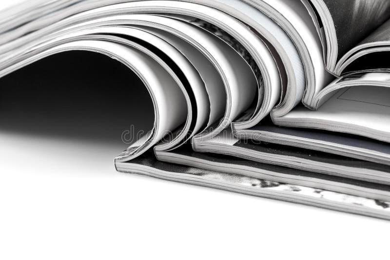 Stapel tijdschriften op witte achtergrond stock afbeelding
