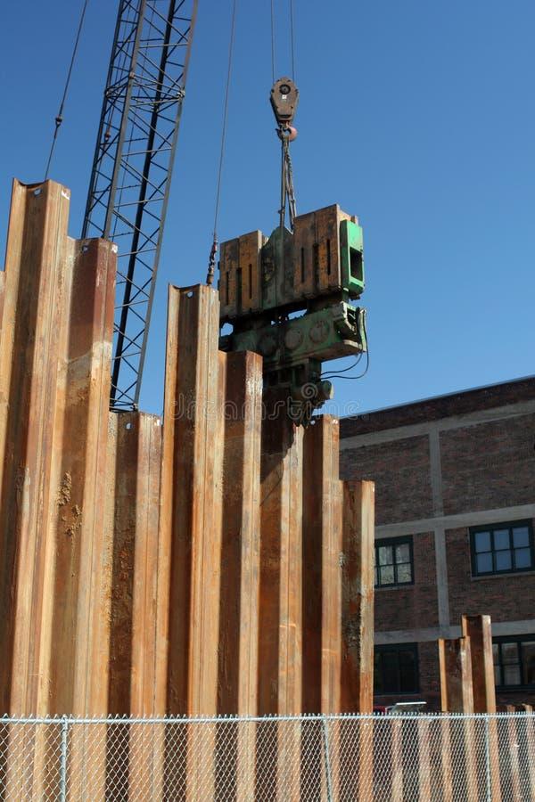 Stapel-Treiber legte Metallanhäufungen in der Vorbereitung für neuen Bau nieder lizenzfreies stockfoto