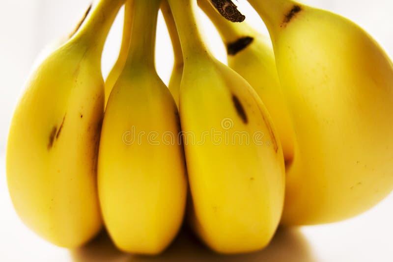 Stapel van bananen voor verkoop bij een landbouwersmarkt stock foto's