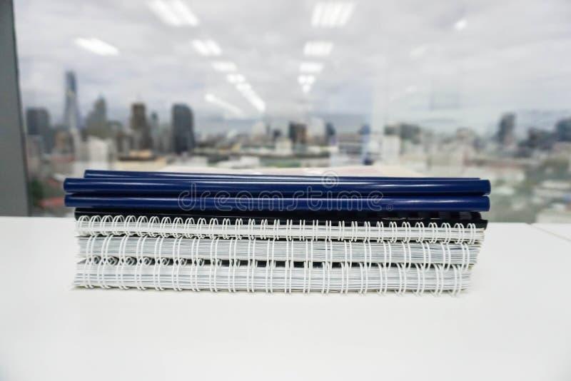 stapel van bedrijfsdocumentomslag en rapport voor controle stock foto