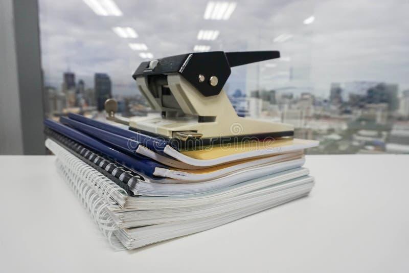 Stapel van bedrijfsdossier en omslag met grote bureaustempel stock fotografie