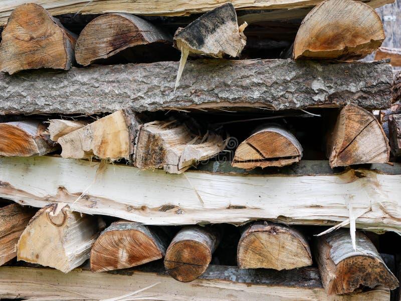 Stapel van beuk en populierbrandhout voor het koude seizoen royalty-vrije stock foto