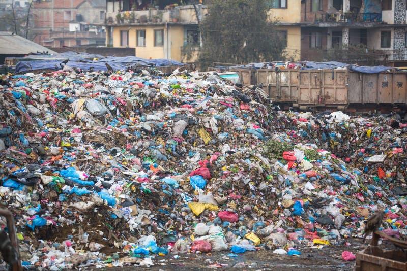 Stapel van binnenlands huisvuil bij stortplaatsen Slechts 35% de bevolking van Nepal heeft toegang tot adequate hygiëne royalty-vrije stock afbeeldingen