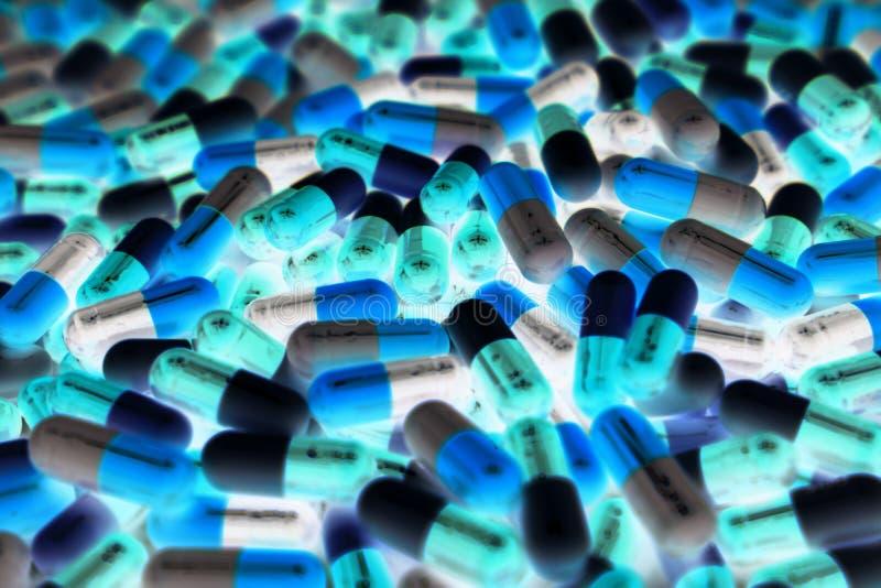 Stapel van blauwe, groene, en witte kleur van capsulepillen met modern ontwerplicht Het concept van de het toxicologiesgeneeskund royalty-vrije stock foto