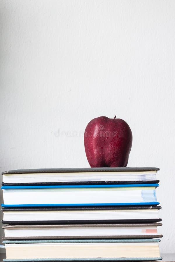 Stapel van boeken en rode appel royalty-vrije stock foto