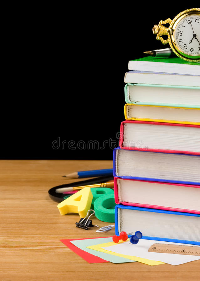 Stapel van boeken en schoollevering op zwarte stock afbeeldingen