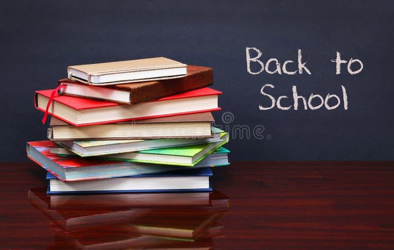 Stapel van boeken op het bureau De woorden 'terug naar geschreven School' royalty-vrije stock afbeelding
