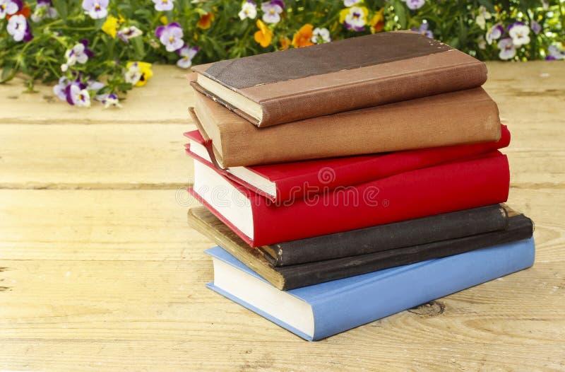 Stapel van boeken op houten uitstekende lijst stock foto