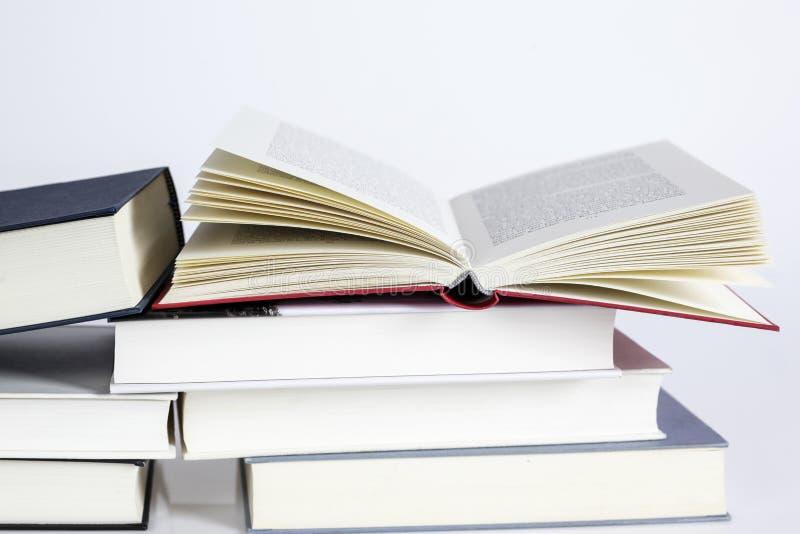 Stapel van boeken tegen witte achtergrond royalty-vrije stock foto's