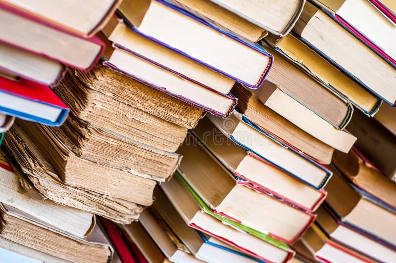 Stapel van boekenachtergrond Gestapelde oude boeken stock fotografie