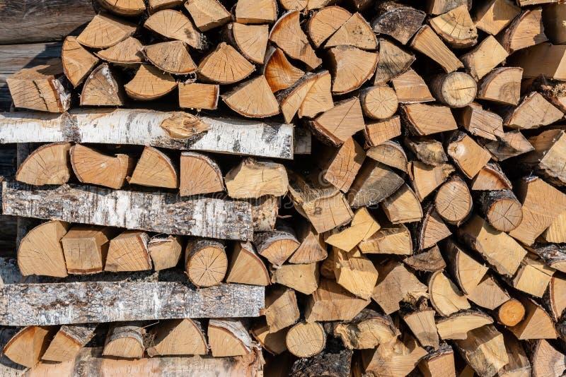 Stapel van brandhout bij de muur van het huis stock afbeeldingen