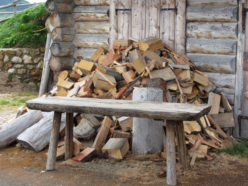 Stapel van brandhout naast hutcabine in bergalpen Alpe Di Siusi, Zuid-Tirol - Italië royalty-vrije stock foto