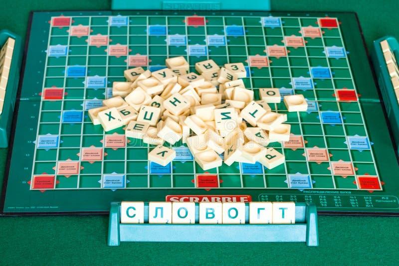 Stapel van brieventegels aan boord van Scrabblespel royalty-vrije stock foto's
