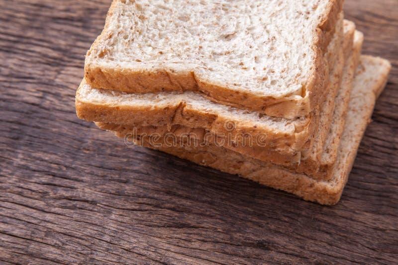 Stapel van brood van de plak het gehele tarwe stock foto's