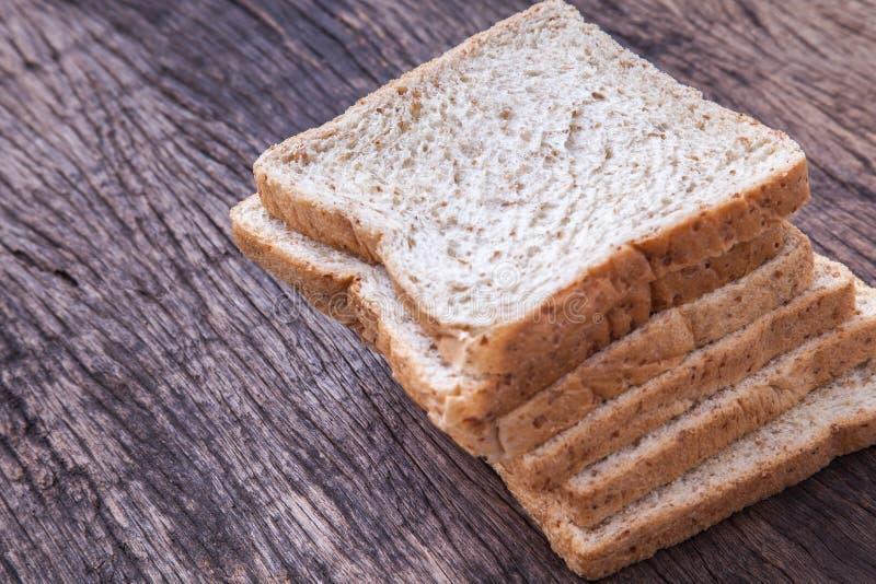 Stapel van brood van de plak het gehele tarwe royalty-vrije stock afbeelding