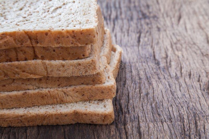 Stapel van brood van de plak het gehele tarwe stock fotografie