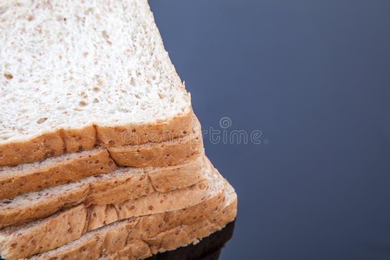 Stapel van brood van de plak het gehele tarwe royalty-vrije stock foto