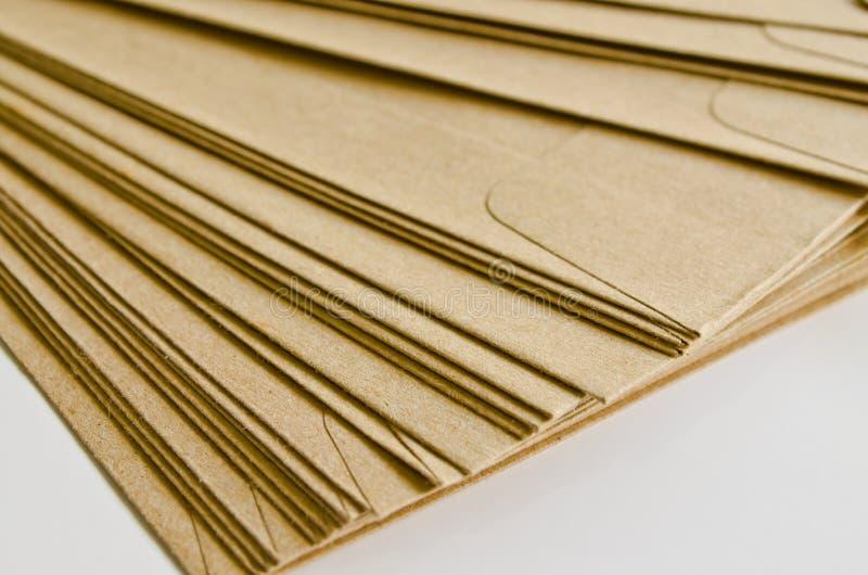 Stapel van bruine enveloppen stock afbeeldingen