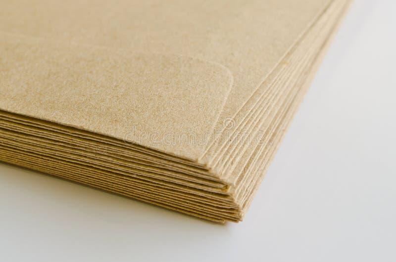 Stapel van bruine enveloppen stock fotografie