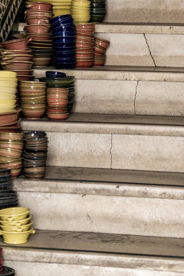 Stapel van ceramische kommen diverse grootte en kleuren op treden royalty-vrije stock fotografie