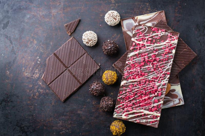 Stapel van chocoladerepen en pralinetruffel stock foto's