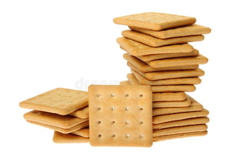 Stapel van crackers die op wit worden geïsoleerd royalty-vrije stock afbeeldingen