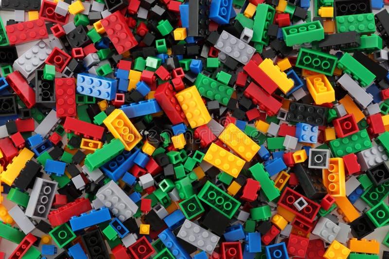 Stapel van de bouwstenen van het kind in veelvoudige kleuren royalty-vrije stock afbeelding