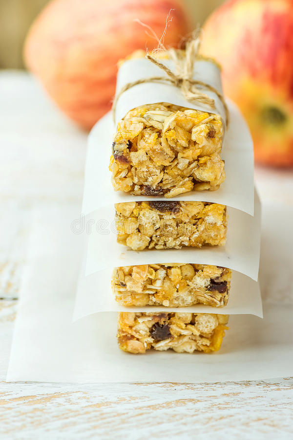 Stapel van de eigengemaakte bar van het muesligraangewas met haver, noten, rozijnen, honing en droge appelen Gevoerd die met perk stock foto