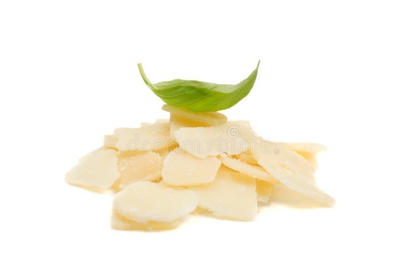 Stapel van de geïsoleerde vlokken en crumbs van de parmezaanse kaaskaas stock foto's