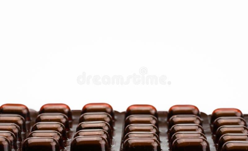 Stapel van de geneeskunde van tablettenpillen in licht bestand blaarpak op witte achtergrond met ruimte Vitaminen en mineralentab royalty-vrije stock fotografie