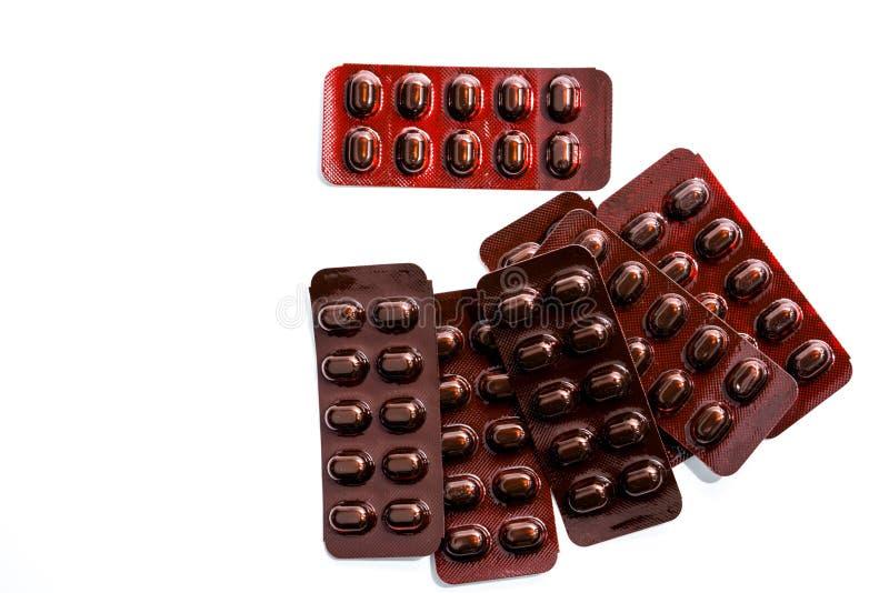 Stapel van de geneeskunde van tablettenpillen in licht bestand blaarpak op witte achtergrond Vitaminen en de pillen van mineralen stock foto's