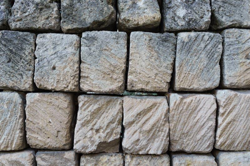 Stapel van de oude textuur van de steenbakstenen muur in Matera, Italië als backg royalty-vrije stock afbeeldingen