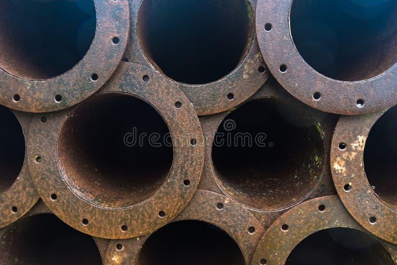 Stapel van de pijpleiding van het roestmetaal in fabriek stock fotografie